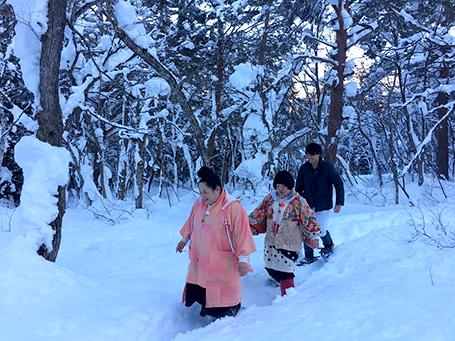 雪の森を探検中