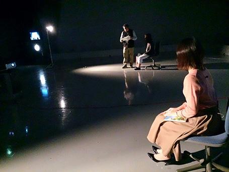 椅子に座っている手前の女性が井上アナ、奥が大塚アナです。この日のテストも本番さながら。打合せにも熱が入ります!