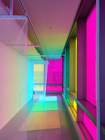 地元・岐阜が拠点のアーティスト、田島秀彦氏の作品(制作中) 今後、窓の内側(愛知芸術文化センター)に照明を設置して 完成後に外から見るとカラフルなランタンに見えるとのこと