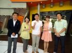 星アナ、深津アナ、佐藤千晶アナ、山田さんに囲まれ、 センターポジションにニンマリ。