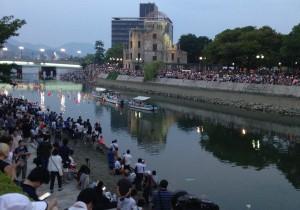 8月6日の日暮れ、原爆ドーム周辺では市民らが「広島 愛の川」を大合唱した